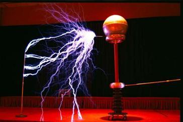 Bobina Tesla de alta frecuencia emitiendo rayos violetas.